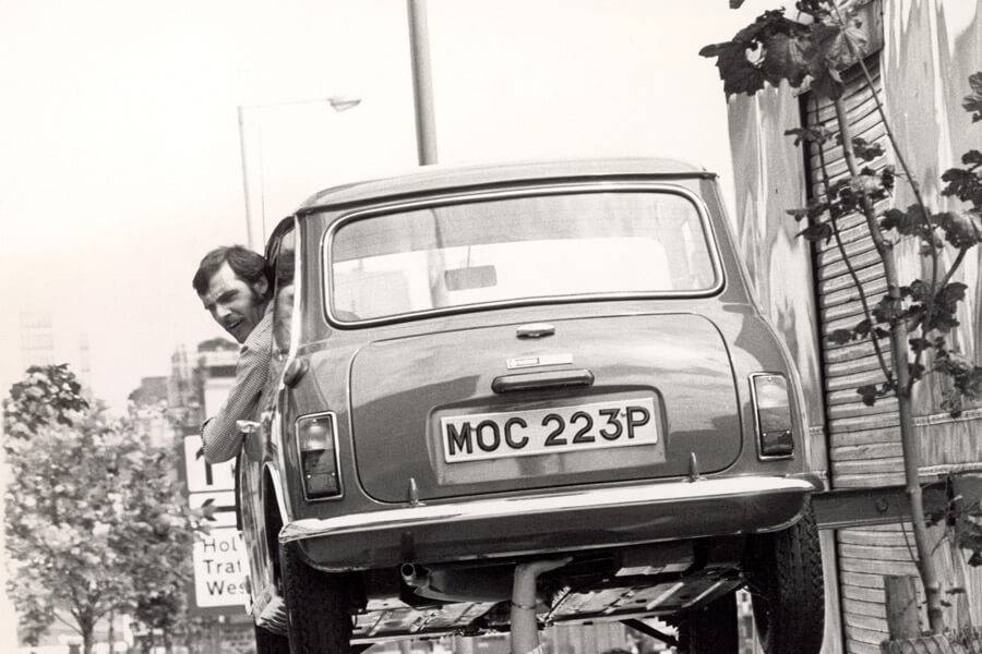 andre holding up car